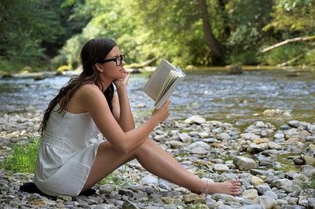 mujer leyendo - estilo educativo de lectura