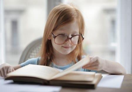aprendizaje por lectoescritura, niña leyendo