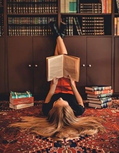 mujer leyendo, imagen para explicar los diferentes tipos de aprendizaje