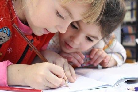 niñas leyendo y escribiendo